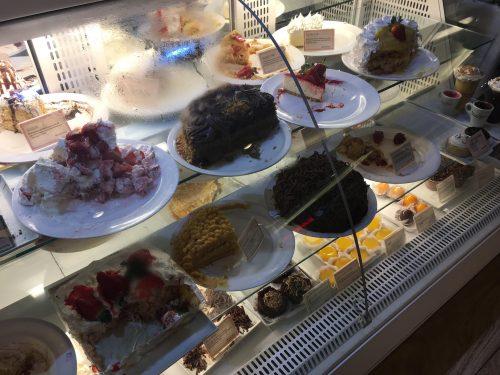 Sabores de bolos em vitrine