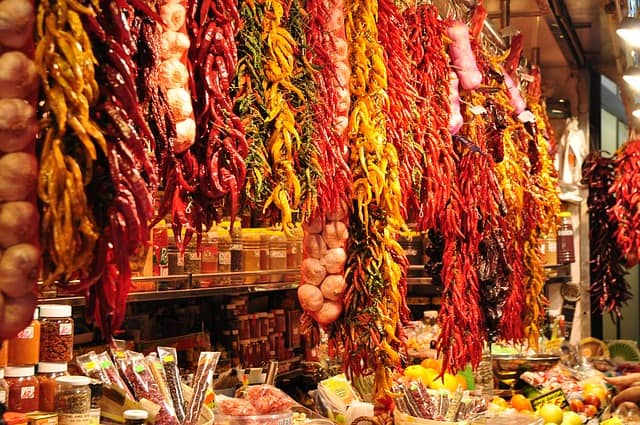 Alimentos coloridos pendurados no Mercat de la Boqueria