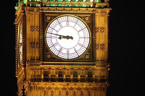 Relógio iluminado em Londres