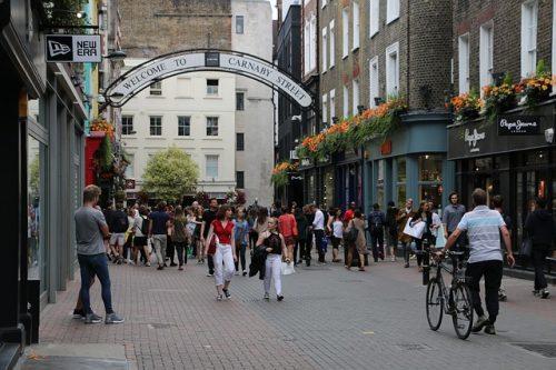Movimento em rua comercial de Londres
