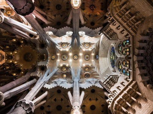 dentro da Sagrada Família
