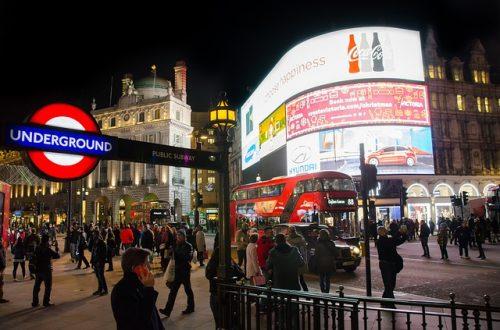 Movimento e luzes da Piccadilly Circus