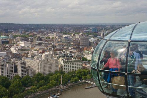 Turistas observando a vista panorâmica de Londres
