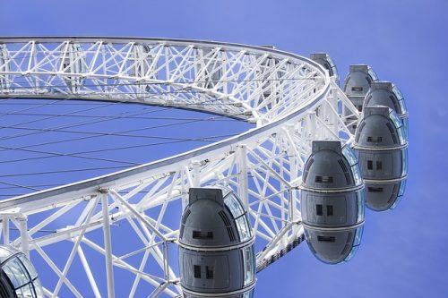 Estrutura da roda gigante e céu azul
