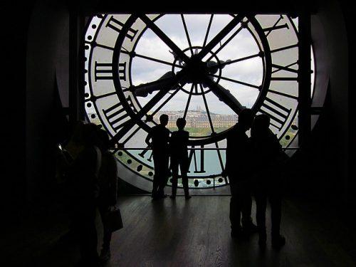 Turistas no relógio do Museu de Orsay