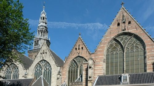Arquitetura da Oude Kerk, em Amsterdam