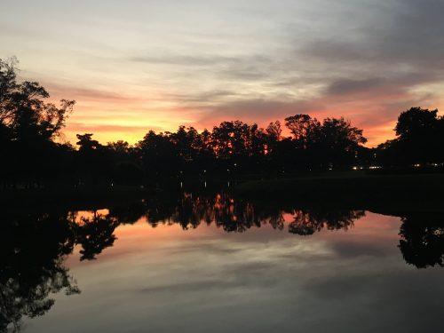 Pôr do sol refletindo no lago