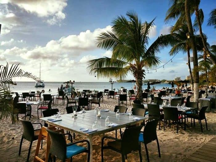 restaurante na praia, com mar ao fundo