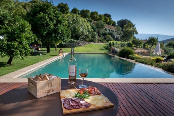 harmonização de vinhos e piscina ao fundo
