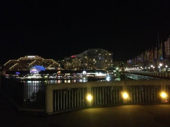 Região da Darling Harbour iluminada