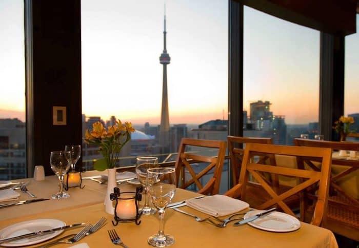 Mesa vazia com vista panorâmica para Toronto