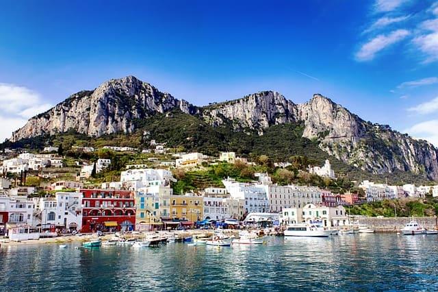 Paisagem de Capri com relevo ao fundo