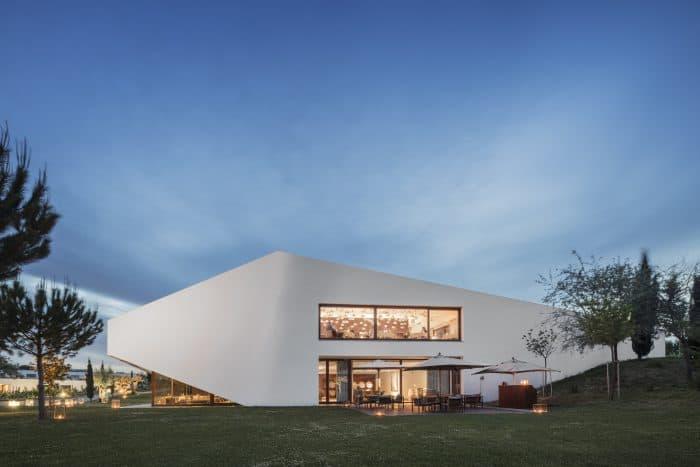 Arquitetura sofisticada em meio à natureza