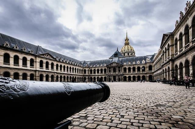 Canhão e Museu des Invalides ao fundo