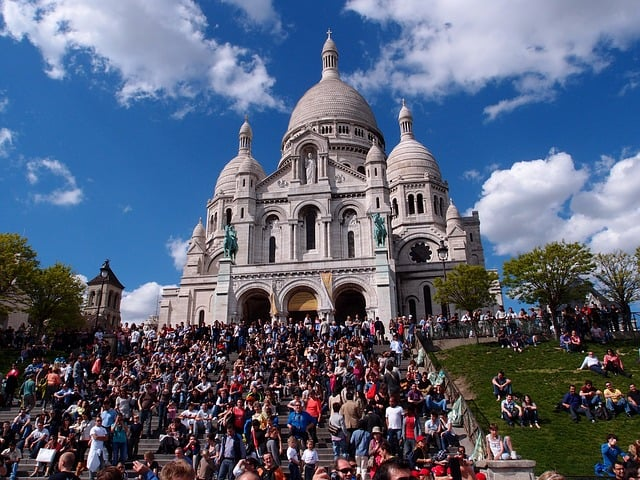 Frente da basílica de Sacré Coeur e o movimento de turistas
