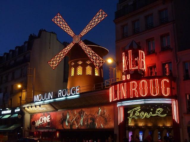 Moulin Rouge iluminado durante a noite