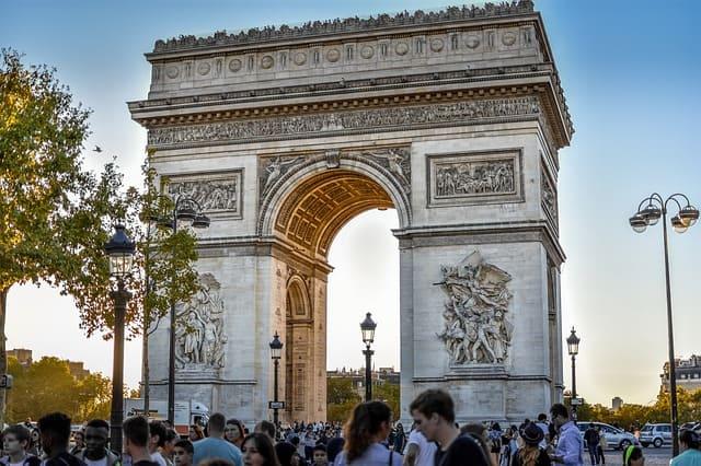 Arquitetura do Arco do Triunfo e turistas ao redor