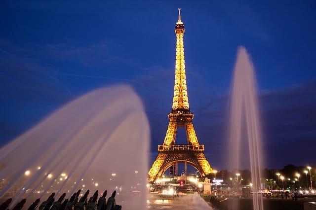 Torre Eiffel iluminada ao fundo