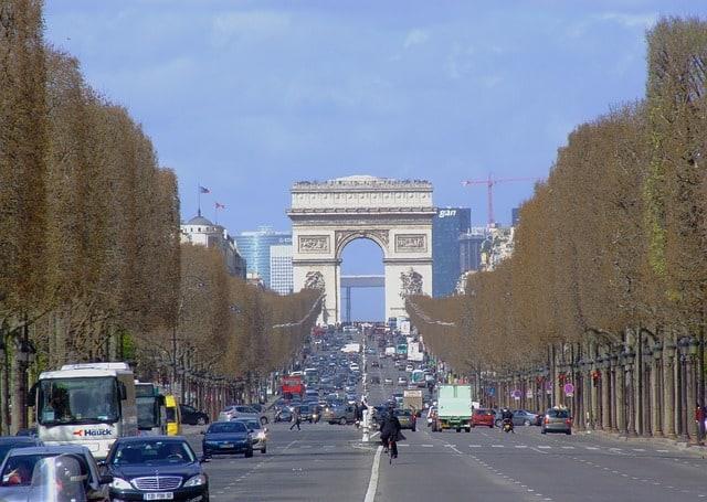 movimento da avenida Champs-Élysées