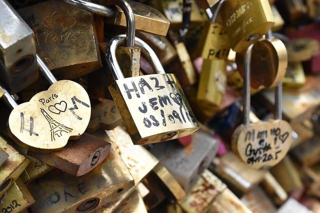Cadeados com nomes de casais apaixonados presos na ponte