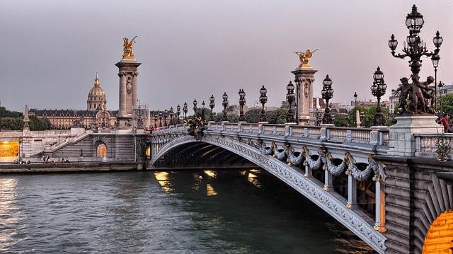Ponte com obras de arte e o rio Sena, em Paris