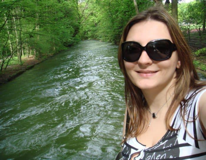 turista em meio a floresta e rio verde