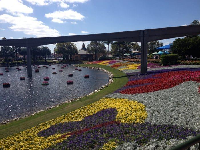 jardins coloridos e lago na lateral