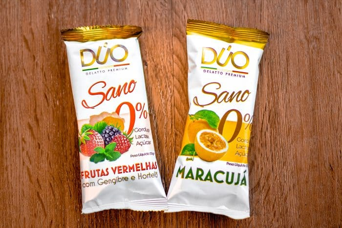 dois sorvetes de frutas com embalagem