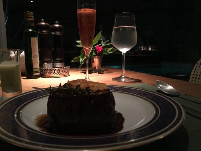 Filet mignon com batata rostie e champagne rose