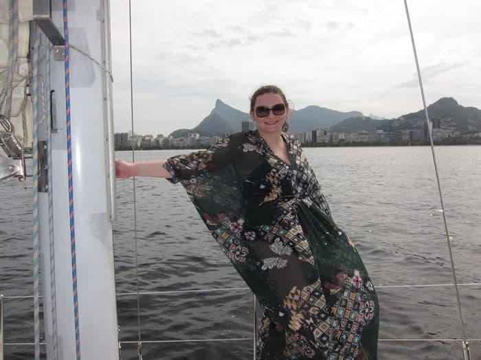 Mulher com vestido esvoaçante no Rio de Janeiro