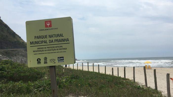Placa e praia preservada ao fundo