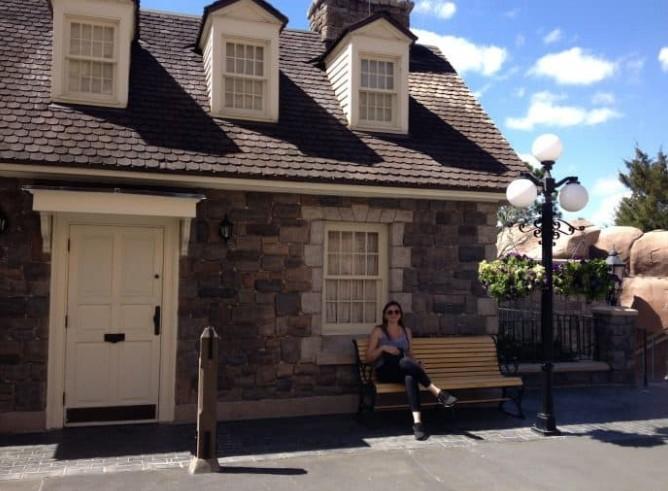 Casa canadense e mulher sentada