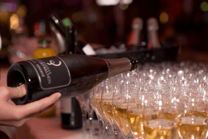 champagne é servido em taças