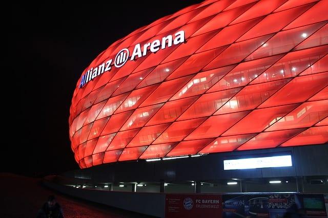 frente do estádio Allianz Arena, em Munique