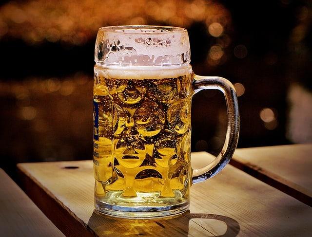 caneca de cerveja em mesa de madeira