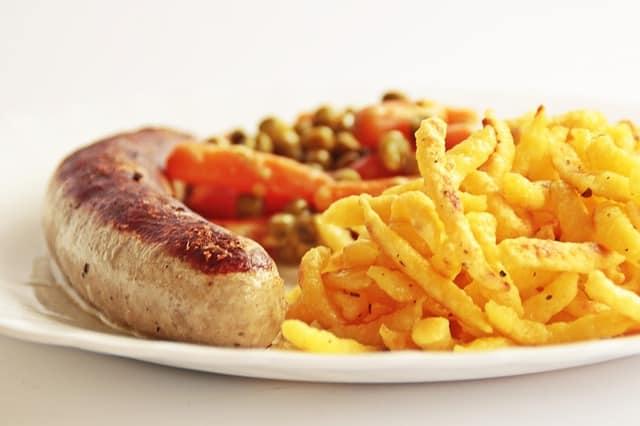 salsicha, batata e vegetais