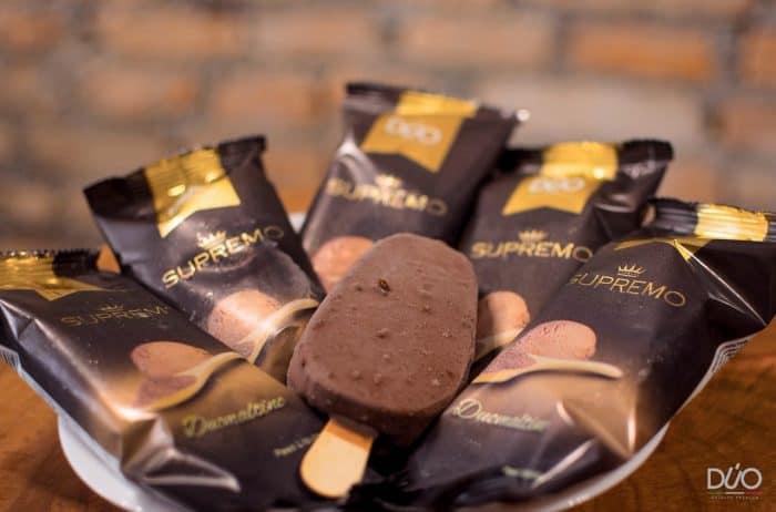 Sorvetes de chocolate em um prato