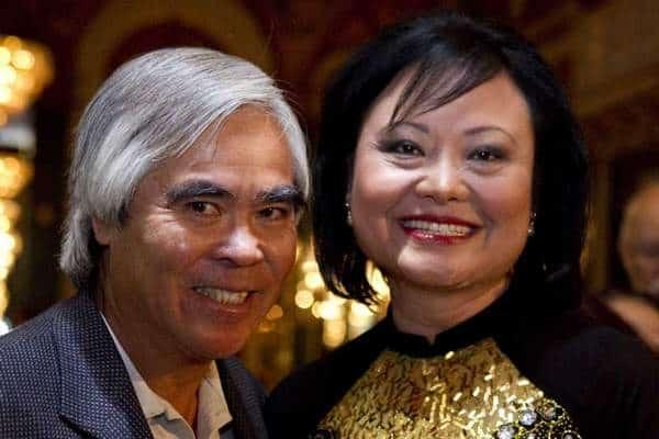 a menina do Vietnã e o marido, sorrindo em foto