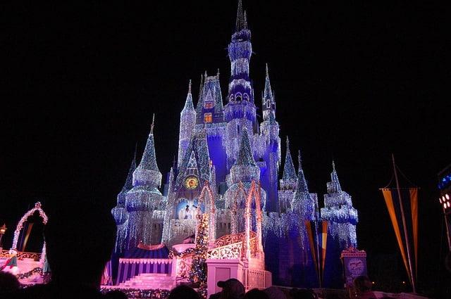 Castelo da Cinderela com luzes coloridas iluminando de noite