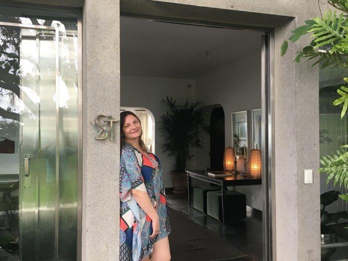 Turista na porta do hotel Vila Santa Teresa