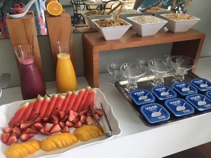 Frutas, cereais e iogurte sobre a mesa