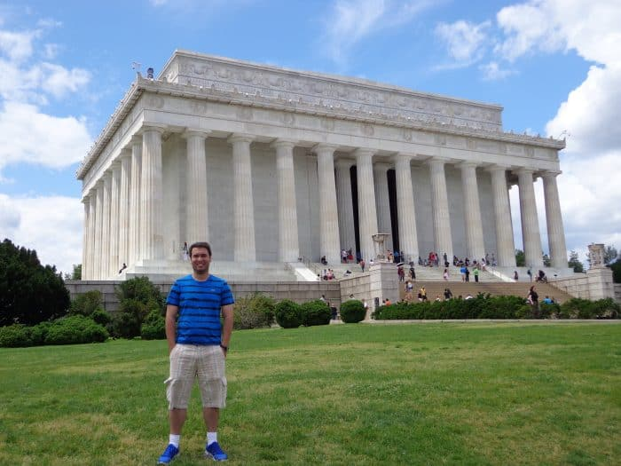 Turista no Lincoln Memorial de Washington