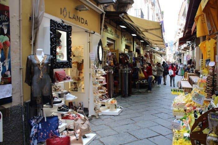 Lojas de rua com produtos diversos em Sorrento