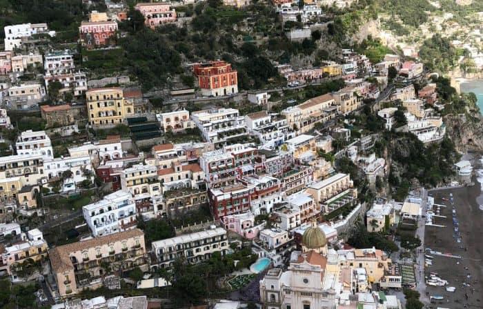 Casas coloridas nas montanhas de Positano