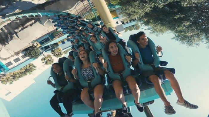 turistas em montanha-russa na Flórida