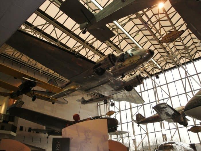 Aviões em exposição dentro de galpão