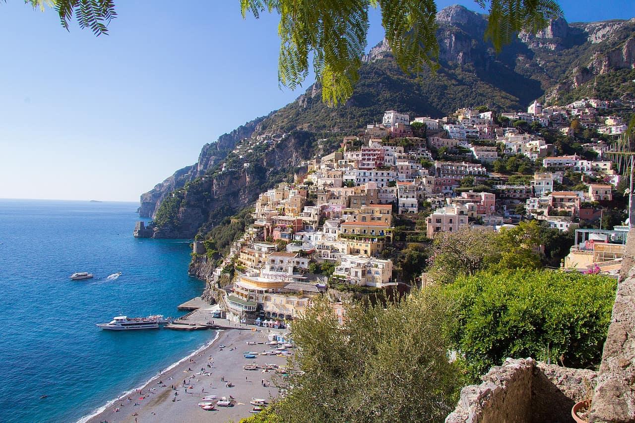 Casas em montanha de frente para o mar
