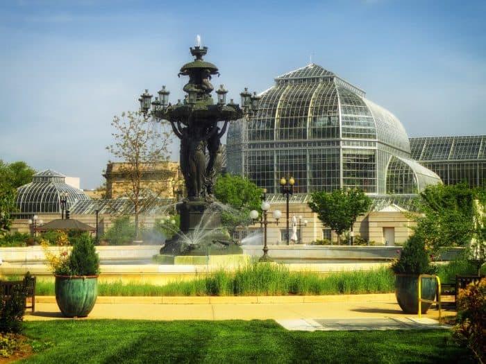 Jardim com fonte e prédio ao fundo