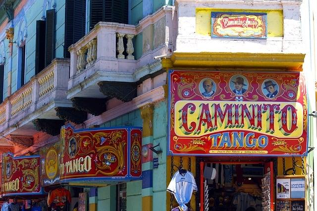 Fachada do Caminito e comércio local