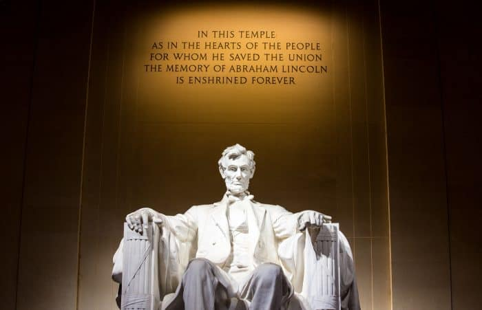 Monumento do presidente Lincoln com frase ao fundo